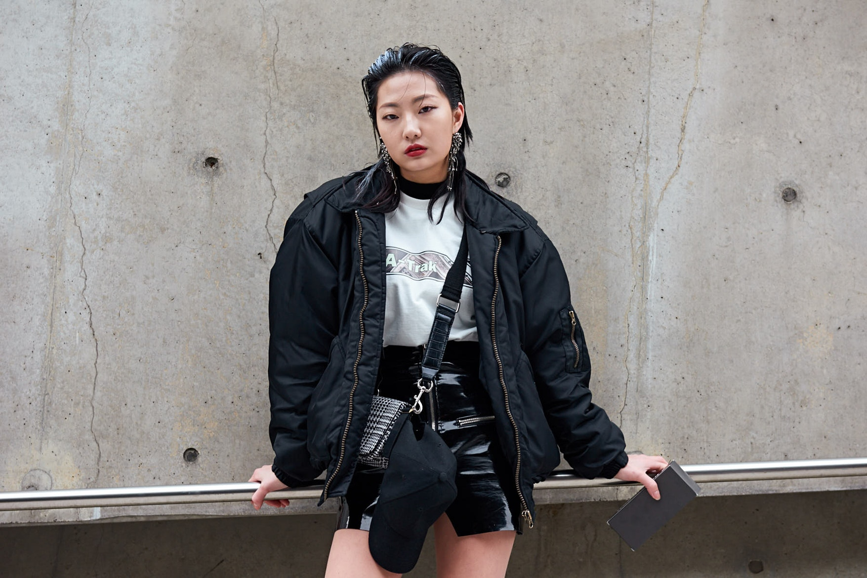 Seoul Fashion Week Fall Winter 2018 Street Style 33 Snkrvn