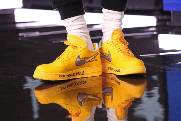 Trên chân Lebron James đôi Off-white x Nike Air Force 1 University Yellow Virgil Abloh
